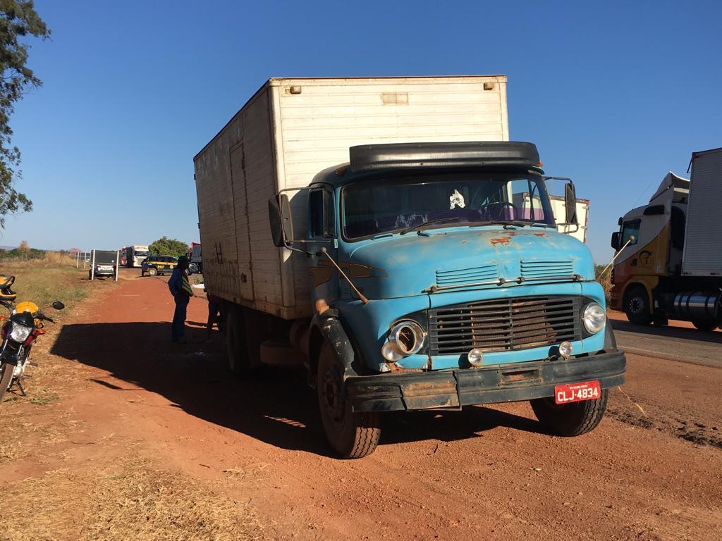 Caminhão que atingiu a motocicleta que as vítimas estavam. (Foto: Marcos Souza)