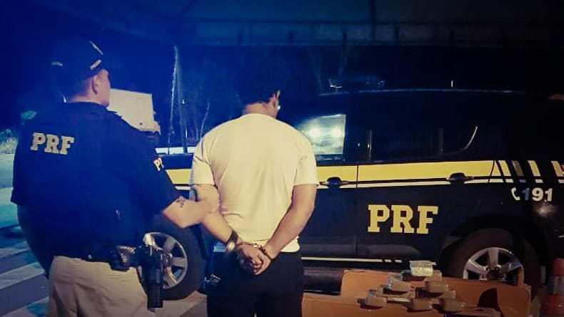 O homem e a droga foram encaminhados para a Polícia Federal de Cuiabá. (Foto: divulgação PRF/MT)