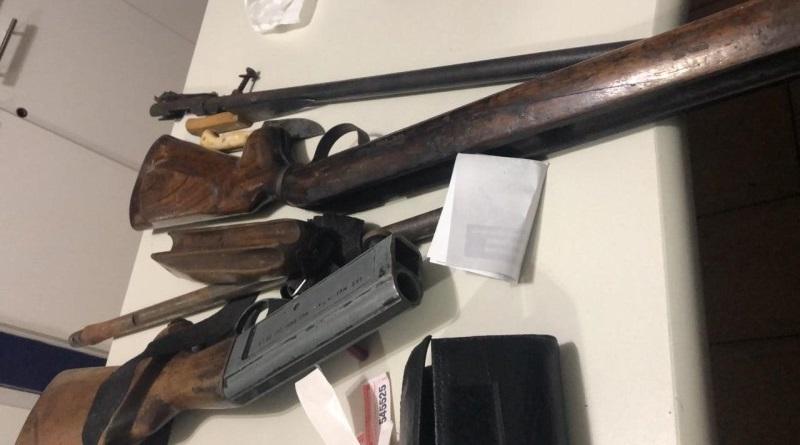 Armamento encontrado na bagagem do passageiro. (Foto: divulgação PRF/MT)