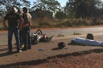 Motociclista morre atropelado por caminhão na BR-364; passageira é socorrida