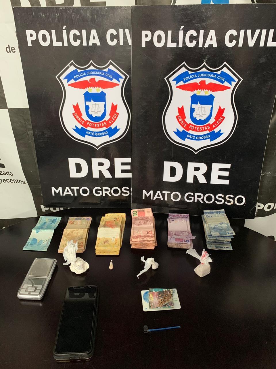 Droga e dinheiro apreendidos na casa do casal. (Foto: divulgação PJC/MT)