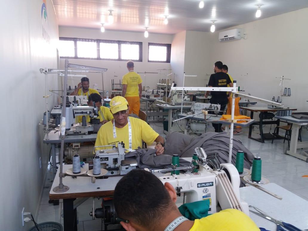 A penitenciária também desenvolve projetos de corte e costura com reeducandos