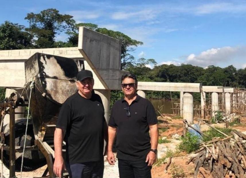 Nininho posa em frente à ponte da W11, ao lado do secretário municipal de Desenvolvimento Econômico de Rondonópolis, Milton Mutum. Foto: Rede social