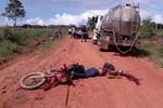 Motociclista tem cabeça esmagada após perder controle e cair embaixo de caminhão