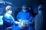 Médicos operam intestino com malformação de feto ainda na barriga da mãe