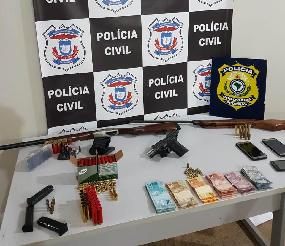Armas e munições apreendidos pela polícia durante a ação. (Foto: divulgação PJC/MT)