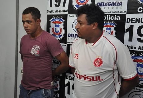 Welington (esq.) e Valdenir (dir.) foram presos em flagrante em Primavera do Leste por porte ilegal de arma de uso restrito - Foto: Marcos Magalhães/GazetaMT