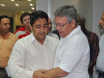 Ananias assume Prefeitura e passa cargo da Presidência da Câmara a Hélio Piccioni (PR) (Foto: Marcos Magalhães)